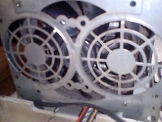 壊れたファンをフロントパネル側から撮影